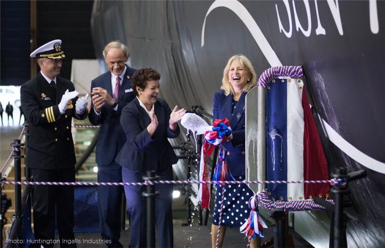 Джилл Байден разбивает бутылку игристого о нос подводной лодки USS Delaware класса Virginia / Huntington Ingalls Industries