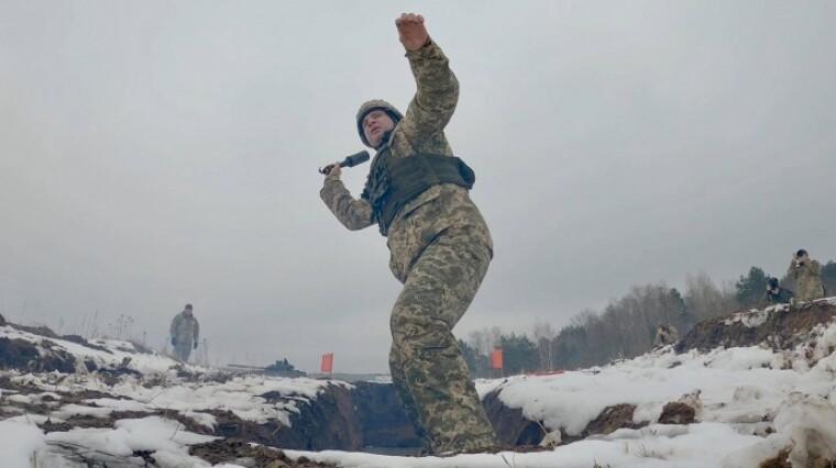 Мэр Киева Виталий Кличко метает гранату