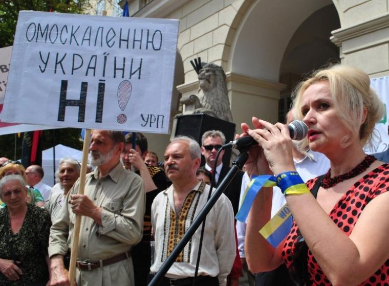 Ірина Фаріон під час мітингу на захист української мови
