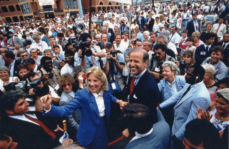 Сенатор Джозеф Байден з Делавера і його дружина Джілл оточені прихильниками і представниками ЗМІ на мітингу в Вілмінгтоні, штат Делавер, 1988 г.