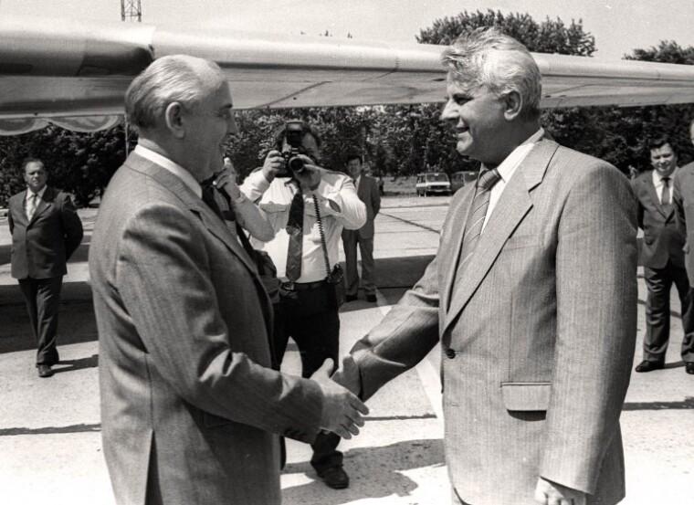 Президент СССР Михаил Горбачев пожимает руку Председателю Верховной Рады Украины Леониду Кравчуку
