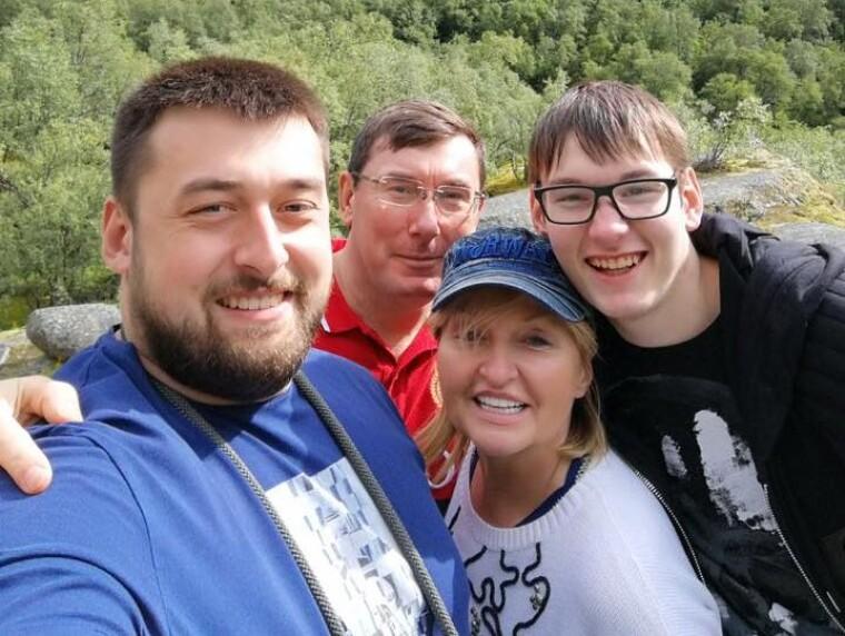 Юрий и Ирина ЛУценко с сыновьями / Facebook Юрия Луценко