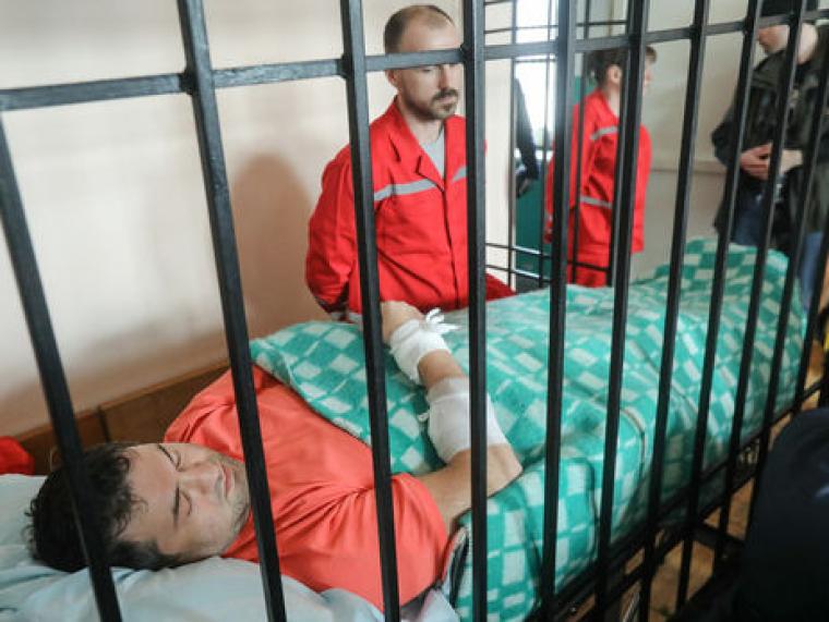 Роман Насіров у суді під картатою ковдрою