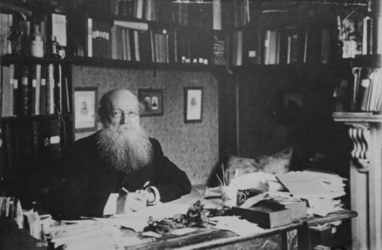Петр Кропоткин в рабочем кабинете