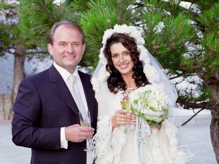 Віктор Медведчук і Оксана Марченко під час церемонії вінчання на Форосі в Криму 18 липня 2003 р