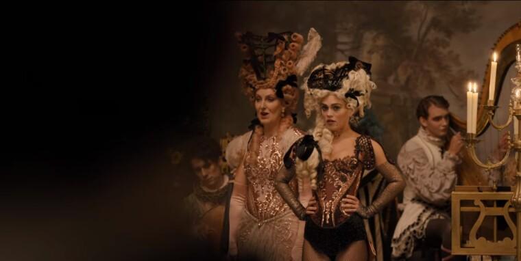 Сієна виконує оперну арію на балу