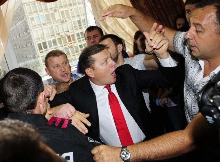 Олег Ляшко во время столкновения с прокурором Николаем Наливайко перед началом заседания Апелляционного суда Киева по рассмотрению апелляции на арест своего однопартийца Игоря Мосийчука, 25 сентября 2015 г.