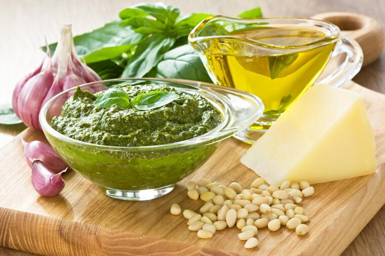 У класичному соусі песто всього 5 інгредієнтів. Це свіжий базилік, кедрові горіхи, часник, оливкова олія (зрозуміло, першого віджиму) та сир пармезан. Фото: Shutterstock