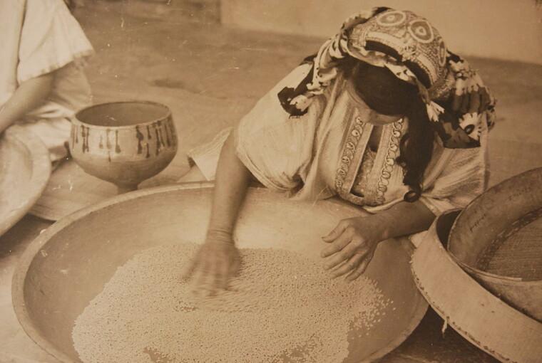 Традиционное изготовление кускуса в Тунисе. «На процессе» — только женщины / Wikipedia