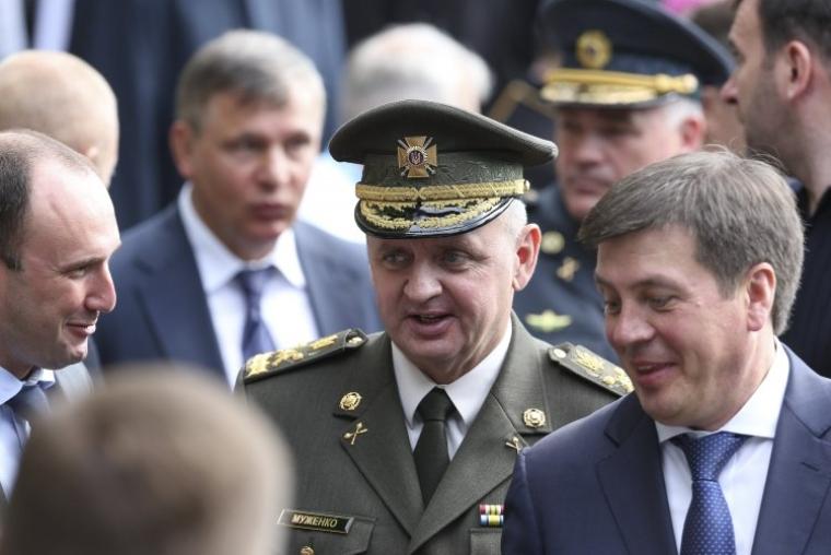 Начальник Генерального штаба Вооруженных Сил Украины Виктор Муженко, в центре, и вице-премьер-министр — министр регионального развития, строительства и жилищно-коммунального хозяйства Украины Геннадий Зубко