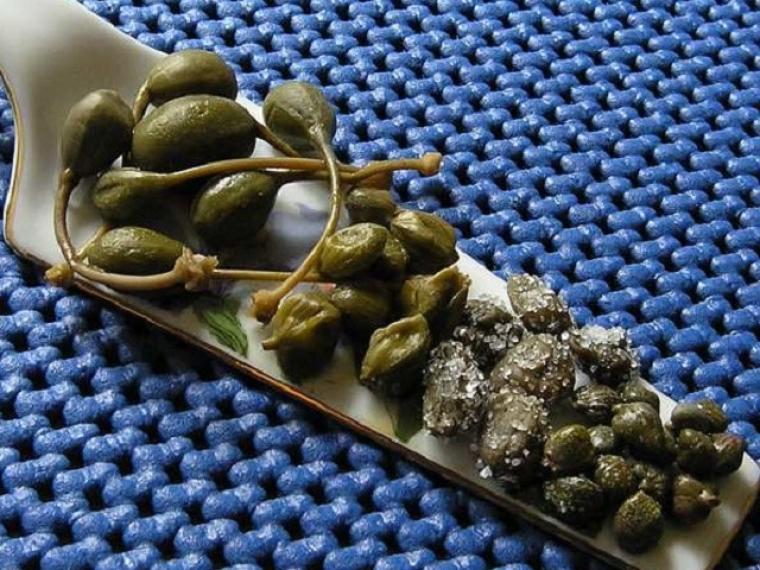 В настоящее время в распоряжении гурманов могут оказаться не только соленые или маринованные бутоны каперсов, но и их недозревшие плоды