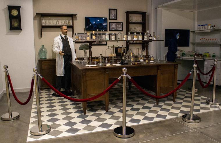 Выполненная по фотографии реконструкция лаборатории Сергея Виноградского и восковая фигура самого ученого в Городок-музее