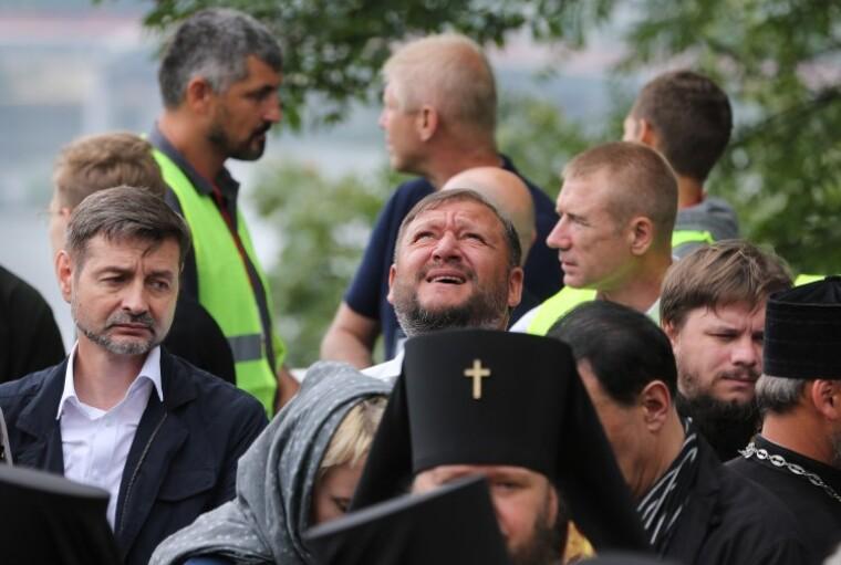 Михаил Добкин и священники перед началом молебна на Владимирской горке в Киеве, 27 июля 2018 г.