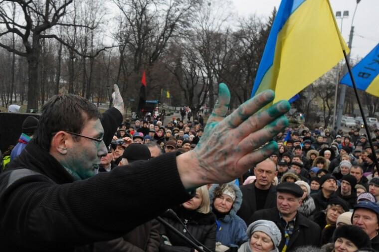 Облитый зеленкой оппозиционный политик Юрий Луценко выступает перед активистами Евромайдана в Харькове, 28 декабря 2013 г.