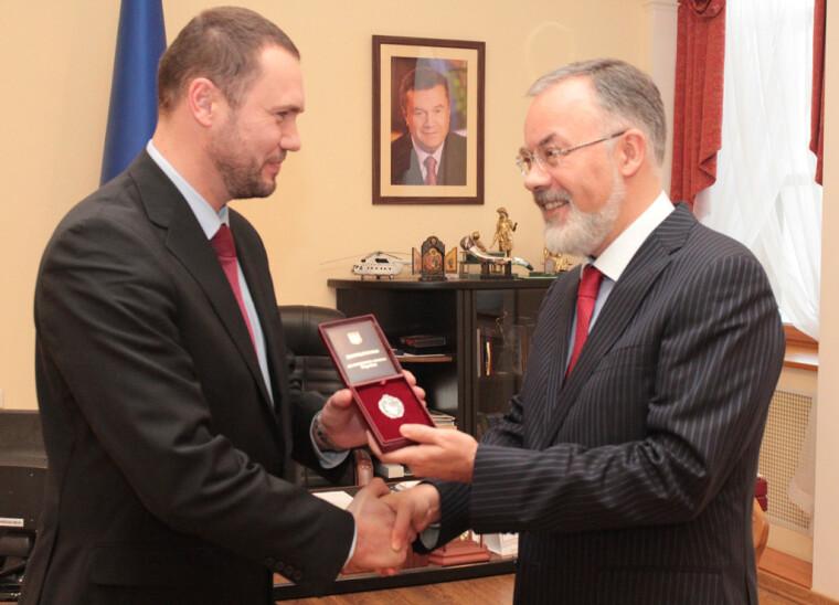 Дмитрий Табачник вручает Сергею Шкарлет нагрудный знак и удостоверение заслуженного деятеля науки и техники Украины
