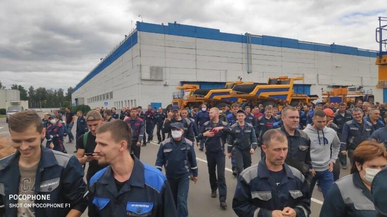Сотні працівників БелАЗа встали на страйк