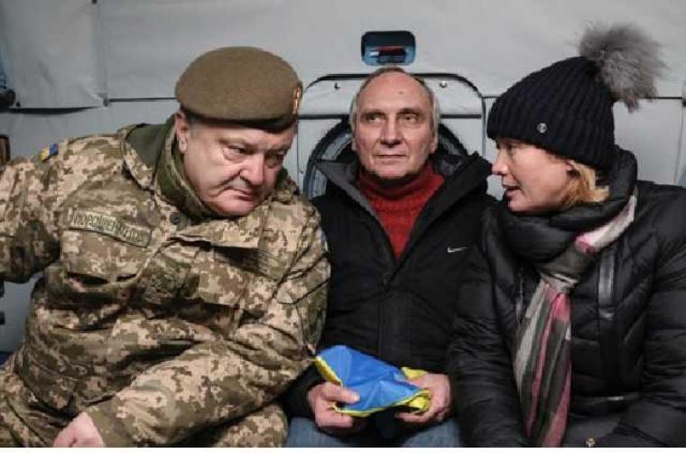 Ірина Геращенко разом з Петром Порошенко і колишнім політв'язням Ігорем Козловським