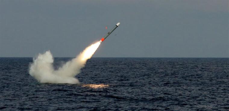 """Крылатая ракета """"Томагавк"""", запущенная с подводной лодки / Raytheon"""