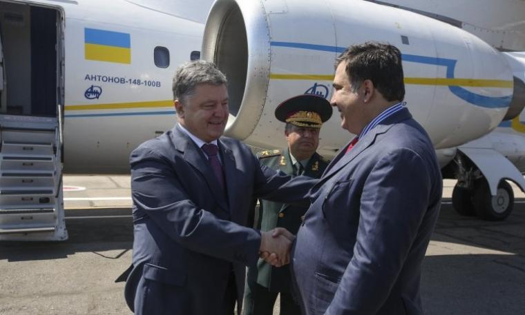 Президент України Петро Порошенко, міністр оборони України Степан Полторак і глава Одеської ОДА Міхеїл Саакашвілі (зліва направо) в аеропорту Одеси, 2016 р