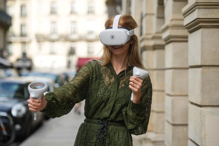 VR-гарнитура Quest 2 — слишком громоздкая, чтобы ежедневно носить ее подолгу дома, и тем более на улице