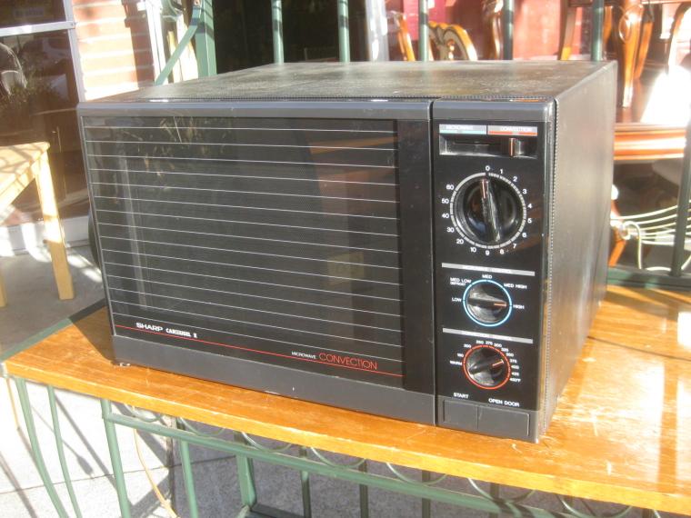 Так популярные микропроцессорные микроволновки Sharp выглядели 30 лет назад – то есть в самом начале 90-х годов ХХ века / 3.bp.blogspot.com