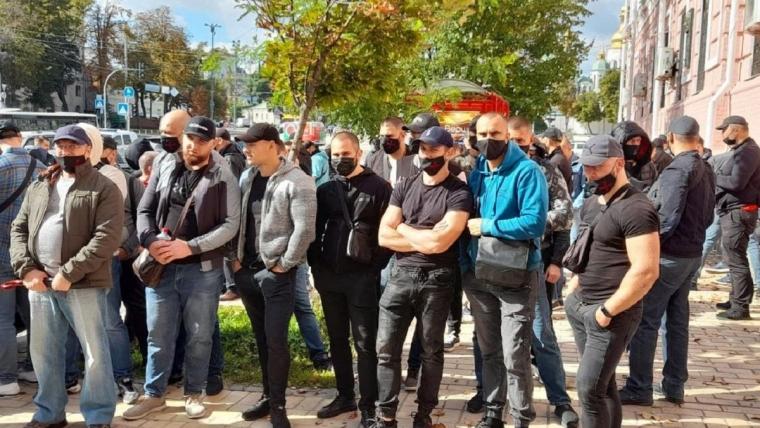 """""""Титушки"""" возле здания Печерского районного суда города Киева"""
