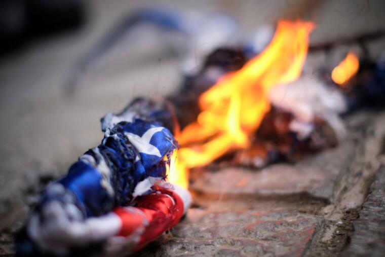 протестующие сожгли американский флаг