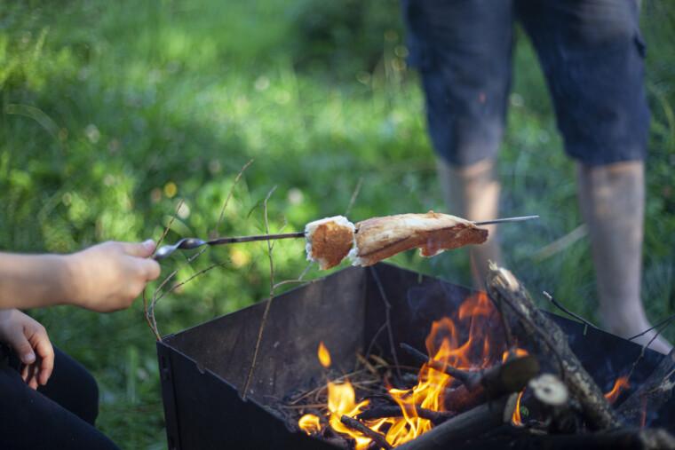 Хлеб, обжаренный над костром, – редкое лакомство