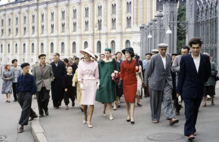 Тріо моделей Діор на прогулянці в оточенні місцевого населення, Москва, 1959 р.