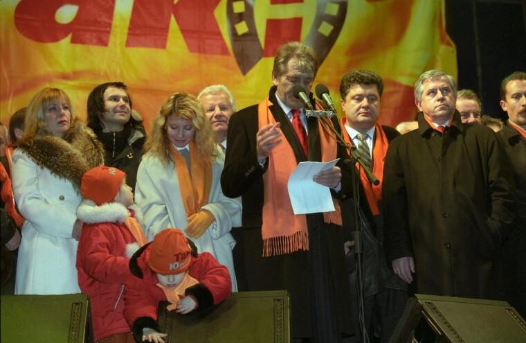 "Юлия Тимошенко на сцене ""оранжевого"" Майдана, 2004 год"