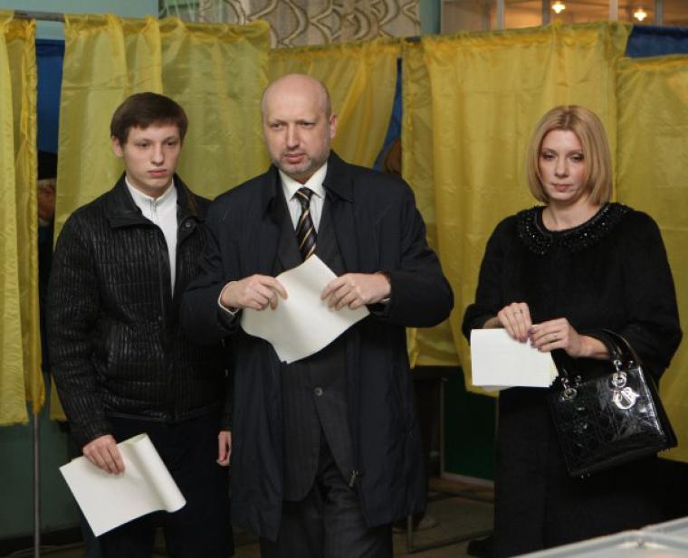 Олександр Турчинов з сім'єю на виборчій дільниці, 2012 р