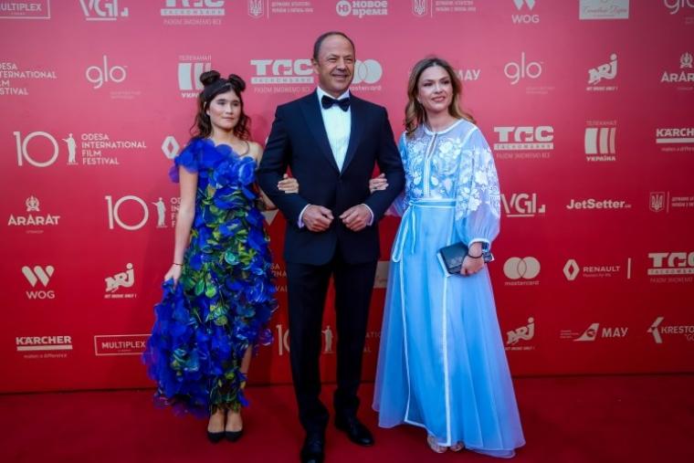 З дочками Анастасією (ліворуч) і Ганною
