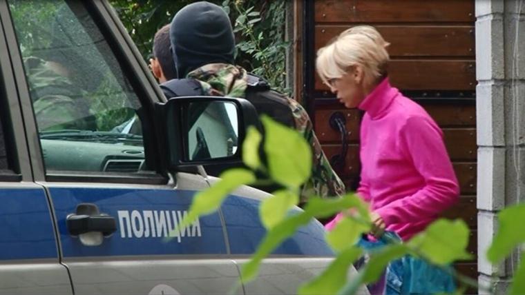 Елизавета Богуцкая во время обысков у нее дома, 2014