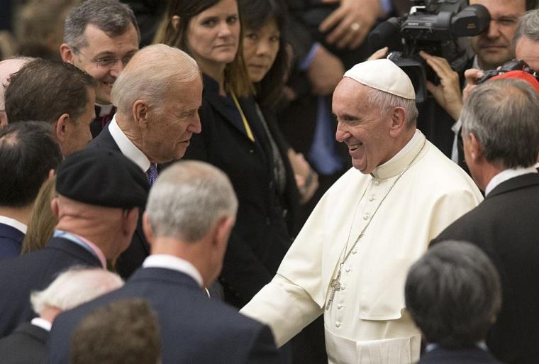 Папа Франциск вітає віце-президента США Джо Байдена, у Ватикані, 2016 р