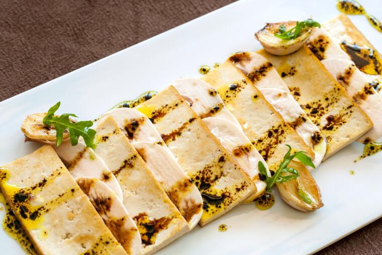Твердий тофу воістину універсальний кулінарний продукт, який можна маринувати, варити, смажити, запікати, коптити і навіть сушити