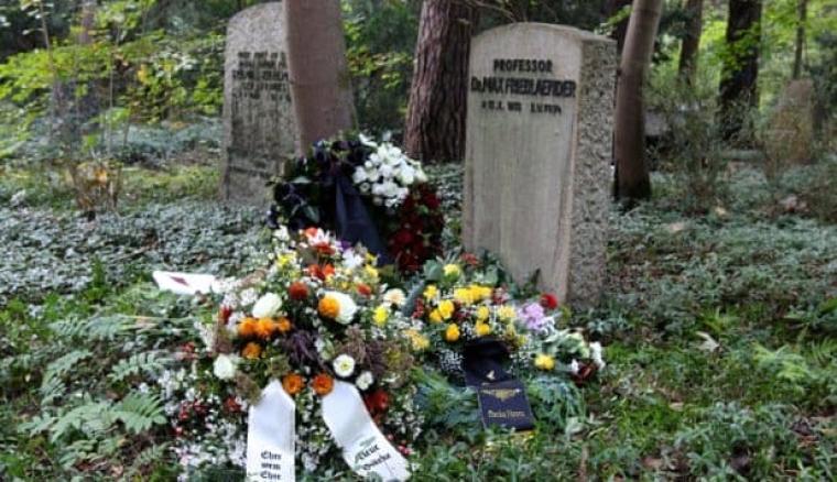 Однак надгробок Фрідлендера залишився стояти, бо він внесений до списку пам'яток.