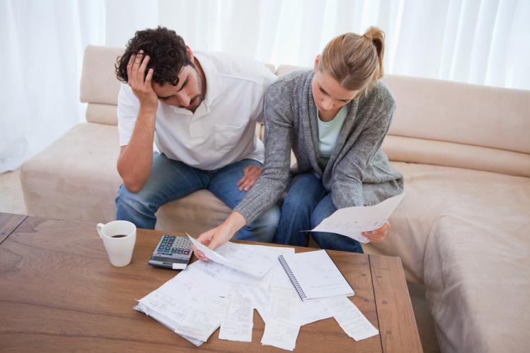 Семейная пара с документами по ипотеке