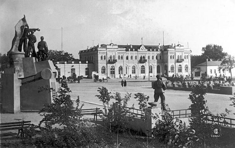 Таганрог — вокзал і площа Повстання
