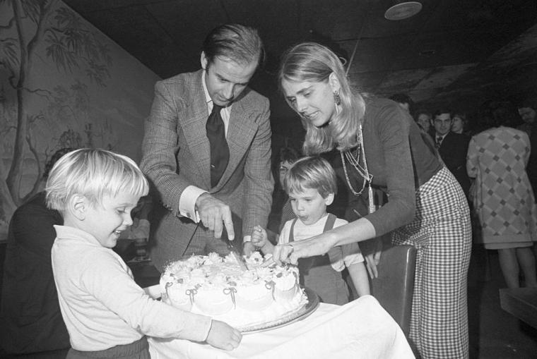 Джо Байден з дружиною Нейл і синами розрізає святковий торт в день свого 30-річчя