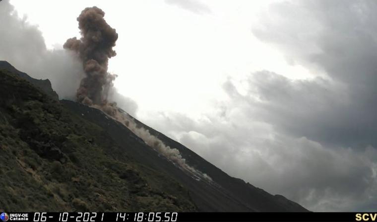 В результаті виверження утворилася хмара попелу