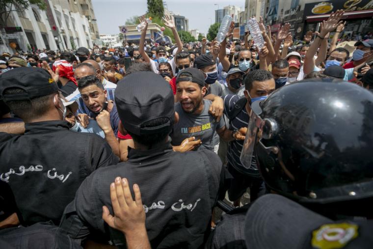 Участники протестов винят правительство в неспособности совладать с кризисом, вызванным пандемией