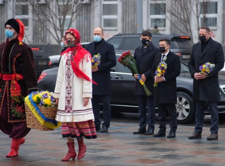 Стоять зліва направо: Денис Шмигаль, Дмитро Разумков, Володимир Зеленський Андрій Єрмак
