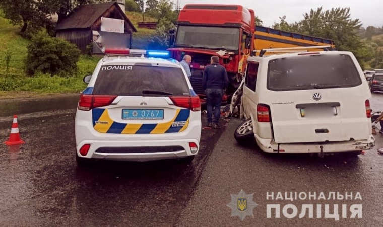 В результате ДТП пострадали водитель Volkswagen Transporter и семеро пассажиров