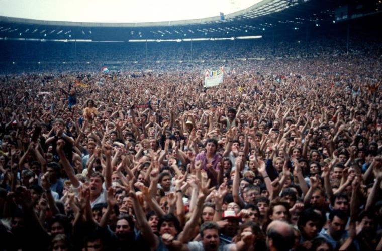 """Глядачі під час виступу Queen на стадіоні """"Вемблі"""""""