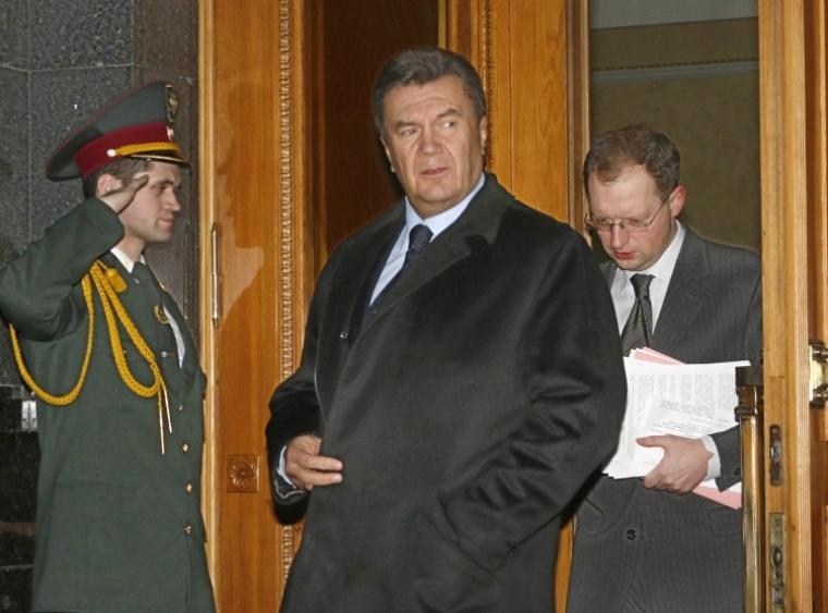 Премьер-министр Виктор Янукович, и первый заместитель Главы Секретариата Президента Арсений Яценюк выходят