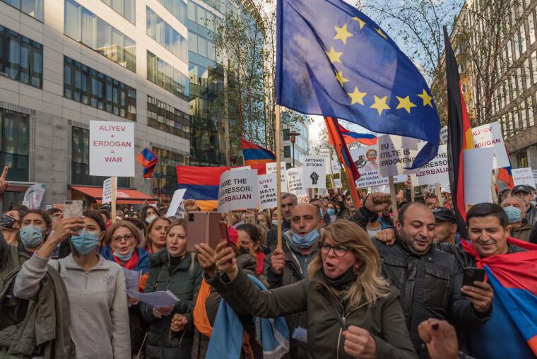 Євросоюз зацікавлений в безперебійних поставках нафти і газу з Азербайджану, чим і мотивується його порівняно беззуба реакція на початок нової фази карабаського конфлікту
