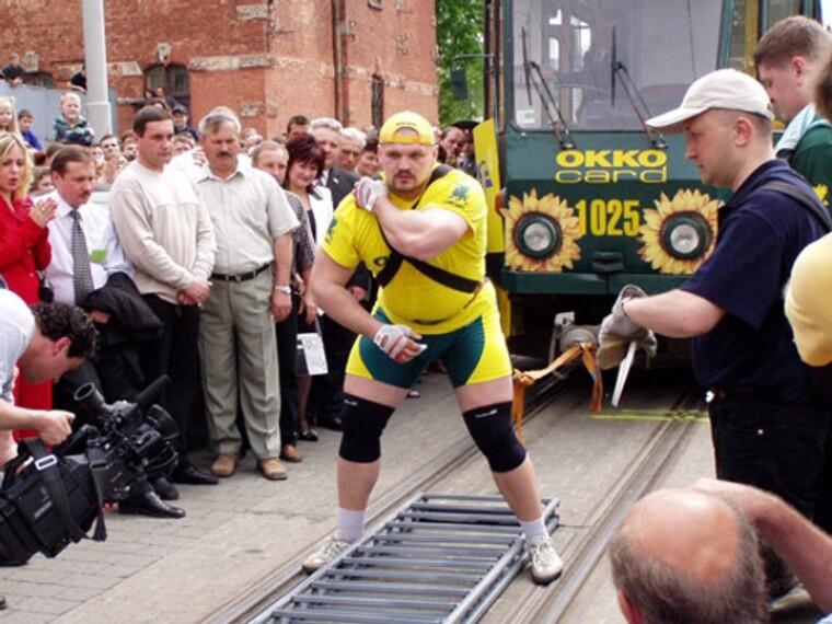Василий Вирастюк тянет цепь из пяти трамвайных вагонов весом 101,5 тонн, 3 мая 2003 г.