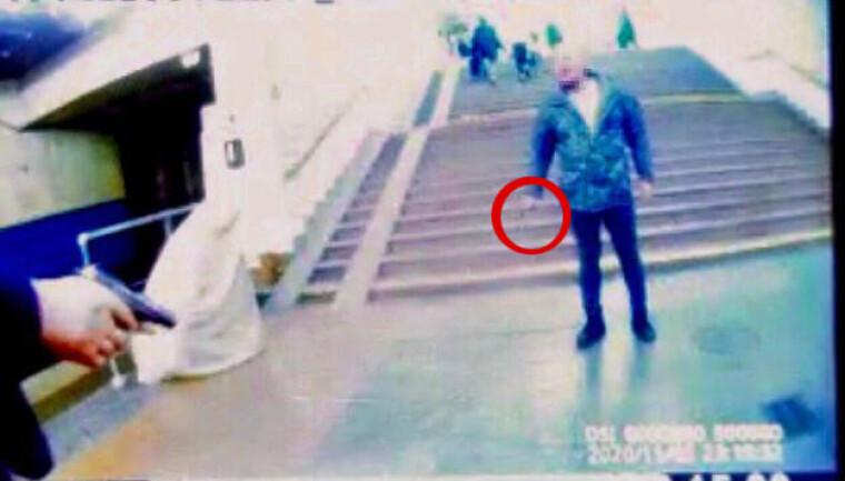 """В Києві на станції метро """"Славутич"""" затримали чоловіка, який напав на поліцейського з ножем через зауваження про відсутність маски"""