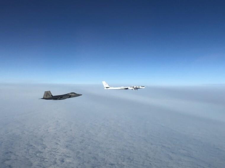 Американский F-22 перехватил российский бомбардировщик Ту-95 в 30 морских милях от Аляски