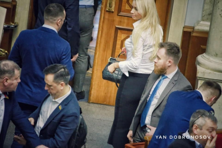Ірина Аллахвердієва з сумкою D&G/Ян Доброносов